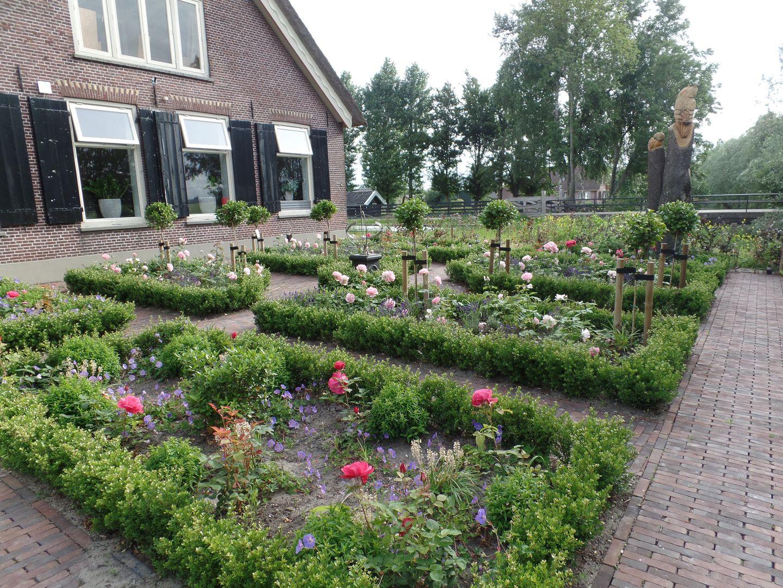Michiels Tuinen boerderij met rozentuin